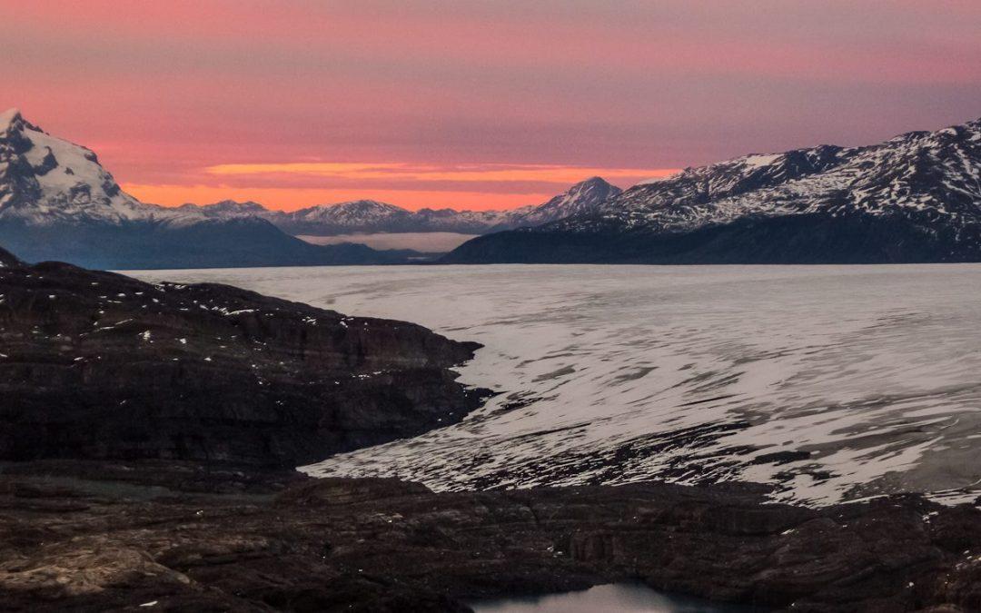 Amanecer hacia el sector de glaciares Zapata, Tyndall y Geikie, y el Monte Balmaceda a la distancia